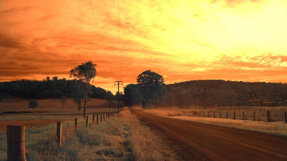 Landstrasse mit Stromleitung in Australien
