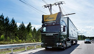 The picture shows a truck on the eHighway in Sweden.