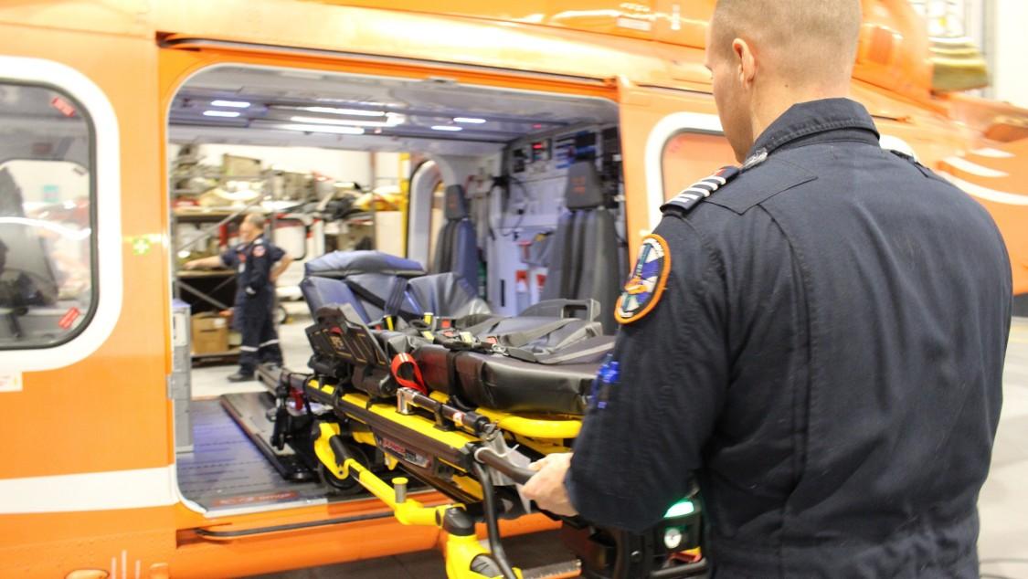 Rettungskräfte beim Einladen einer Trage2