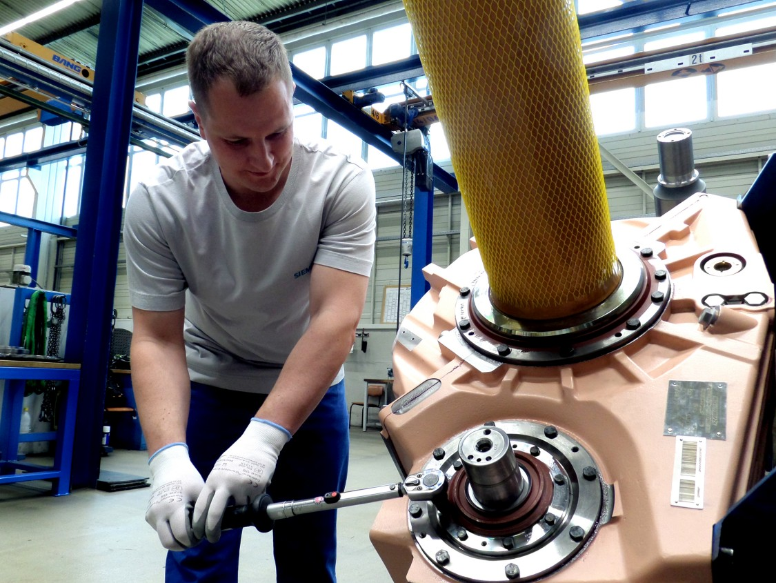 Siemens Bahngetriebe - präzises Einstellen des Drehmoments