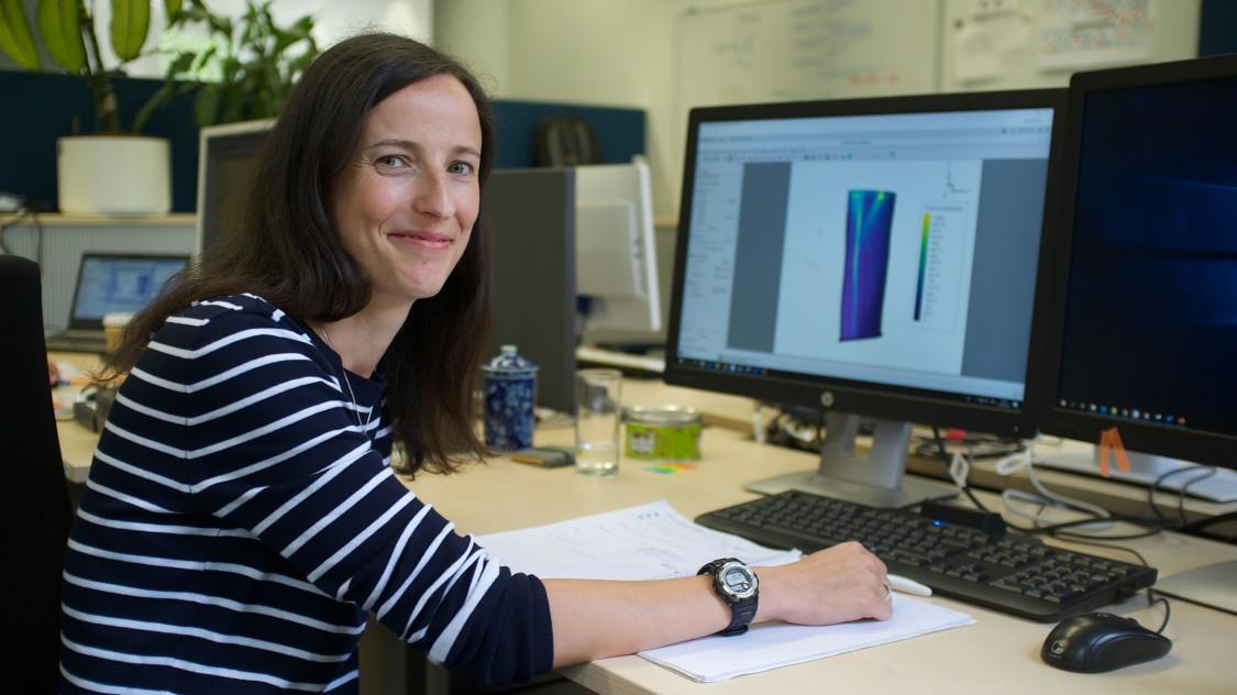 Die Simulationsexpertin Arianna Bosco an ihrem Arbeitsplatz bei Siemens Corporate Technology.