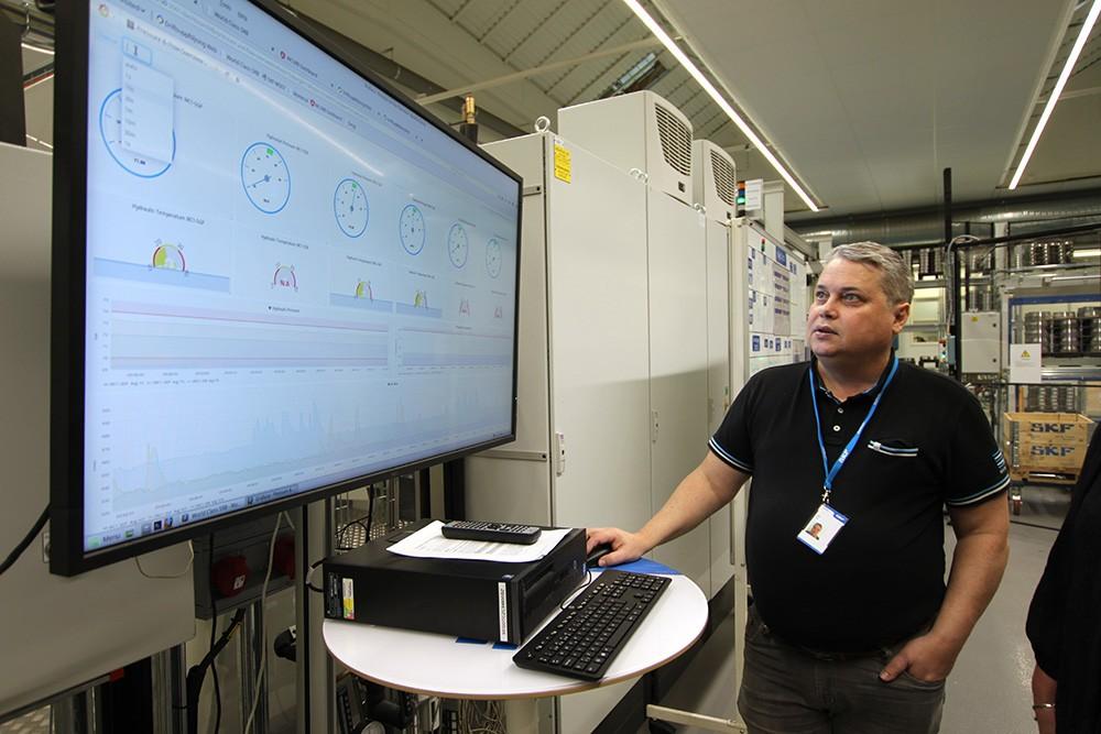 Alla maskiner och utrustningar är uppkopplade och mängder av data fås ut som hjälper SKF att optimera produktionen och göra smarta underhållsinsatser i tid. För varje bearbetande maskin sparas 100 parametrar där SKF kan följa cykeltider med mera.