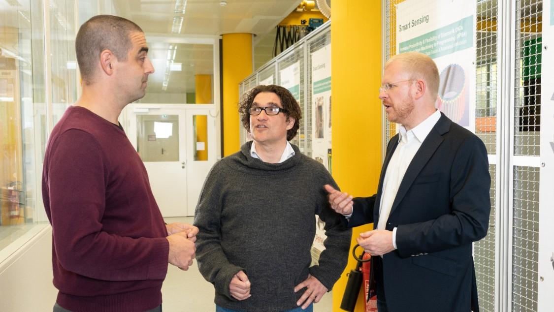 Dirk Hartmann (links) im Gespräch mit Kollegen von Siemens Corporate Technology.