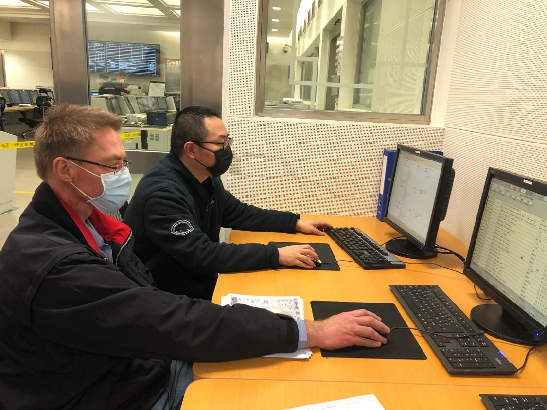 1月26日,Hahn与SPPA同事史玉峰一起在客户电厂的工作站里聚精会神地工作。