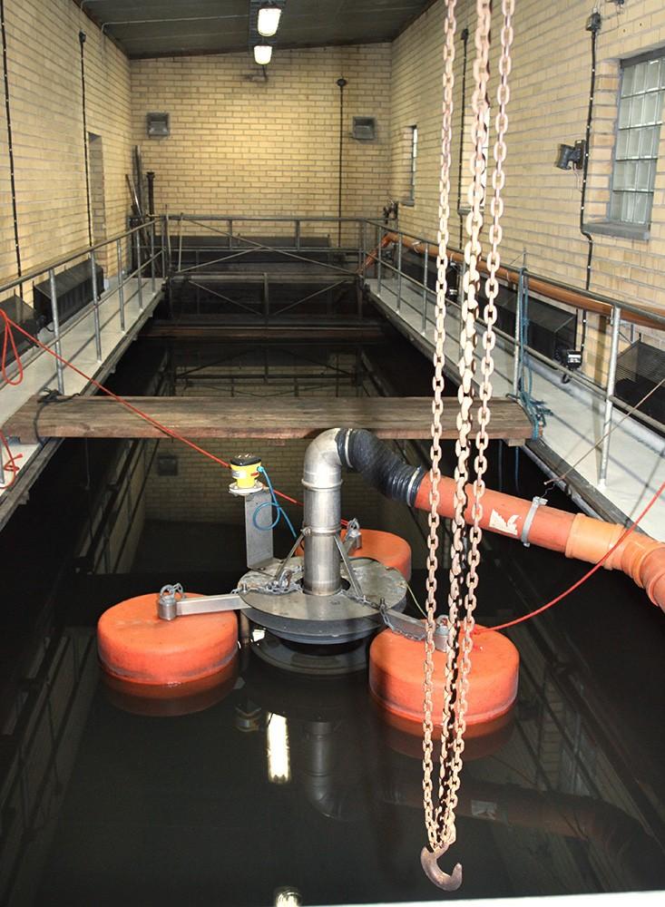 Från en 1 000 m³ stor cistern pumpas dagvatten och orenat spillvatten till denna bassäng där en klaffavskiljare skiljer oljan från vattnet genom att en propeller trycker ut vattnet underifrån. Den sofistikerade, energisnåla och SIL-styrda separeringsprocessen – Surfcleaner – bygger på en metod framtagen av en hjärtkirurg och är baserad på hjärtats pumpteknik.