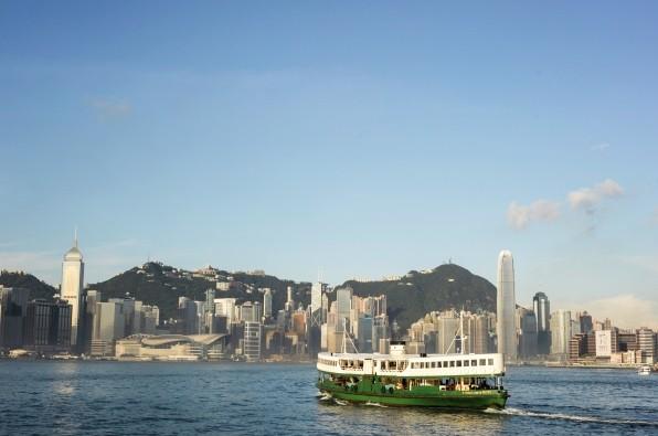 imagem do porto de hong kong com um barco a sua frente