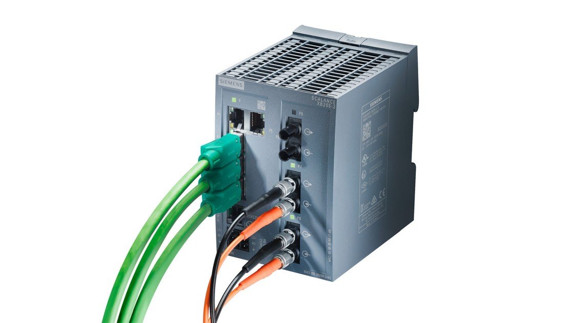 軽量で、産業規格に準拠したプラスチック製ハウジングのSCALANCE XB-200にケーブルが取り付けられている画像