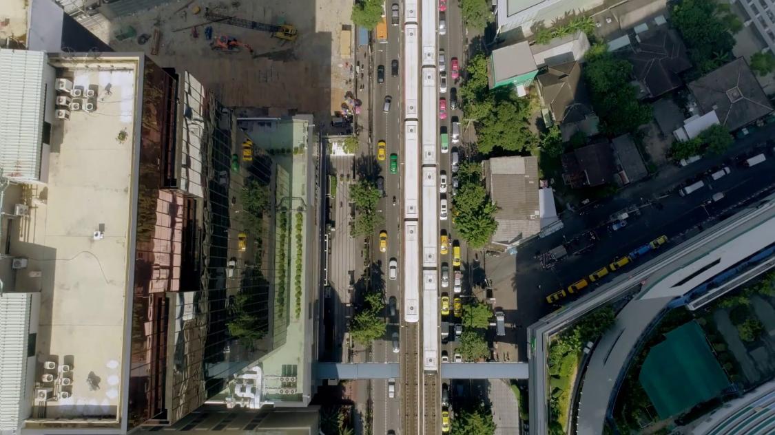 Ein Metrosystem in einer Stadt von oben