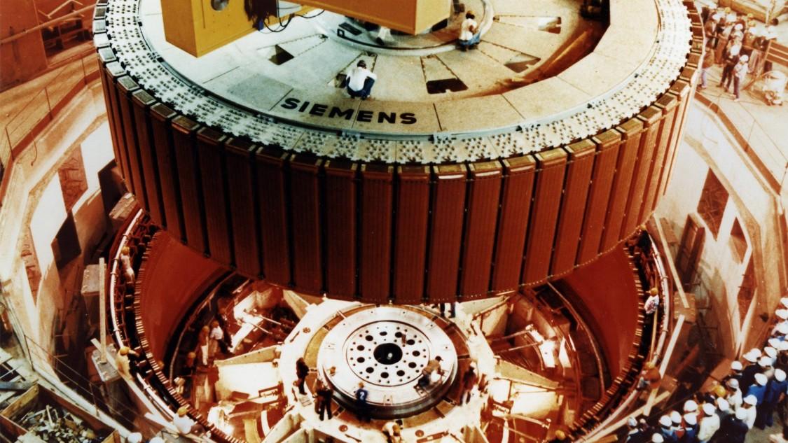 Установка генератора на гидроэлектростанции «Итайпу» в Бразилии, 1983 год