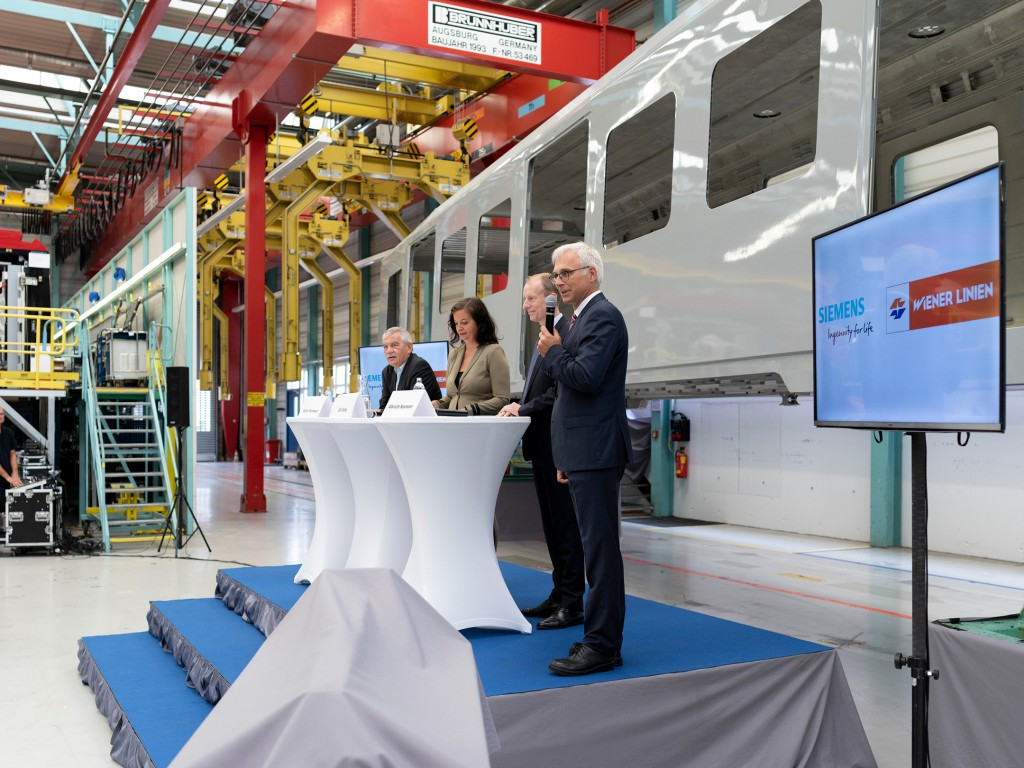 First painted car body presented for the new Vienna metro