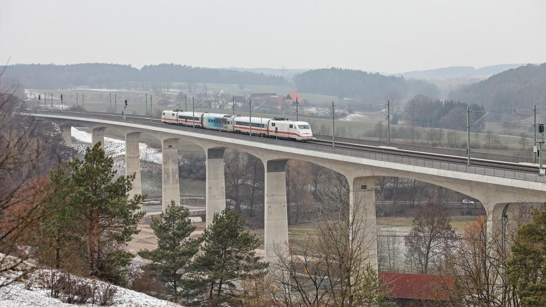 Testwagen des Velaro Novo im Einsatz zwischen bestehende Zugwagen gekoppelt auf einer Brücke umgeben von winterlicher Landschaft