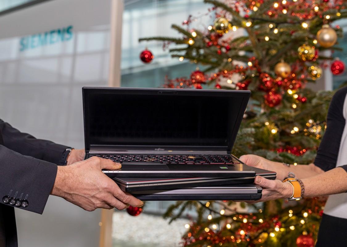 Siemens unterstützt mit Laptops das digitale Lernen; Übergabe an die Caritas der Erzdiözese Wien und die VOSÖ