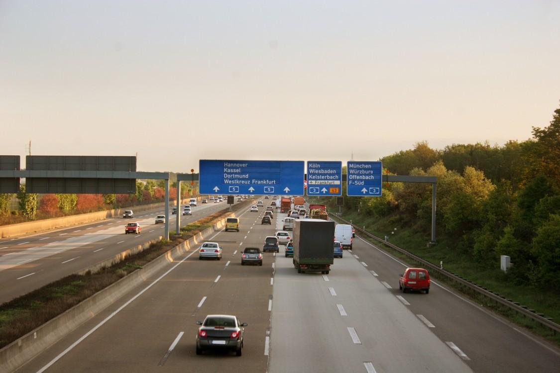 Blick auf die Autobahn-Wegweiser zum Flughafen Frankfurt, wo die Fußgängerbrücke zu Gateway Gardens entstehen soll