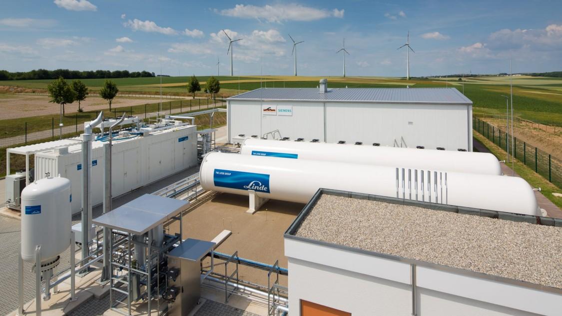 Blick von außen auf einen Anlagenteil des Energieparks Mainz