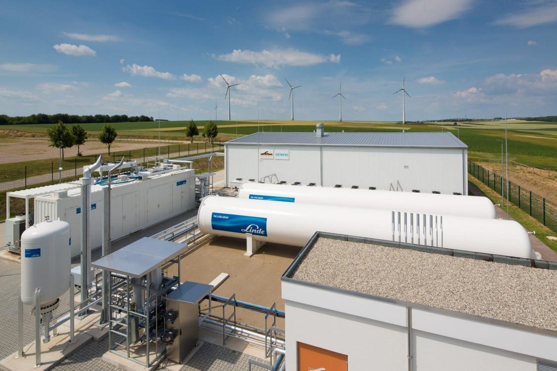 Blick aus der Froschperspektive auf Biogasanlage Südleder in Rehau