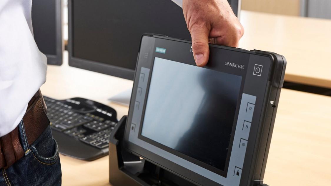 17:40: Feierabend. Die Dockingstation ist so konzipiert, dass Sie Ihr Tablet mit einer Hand einfach und sicher andocken.