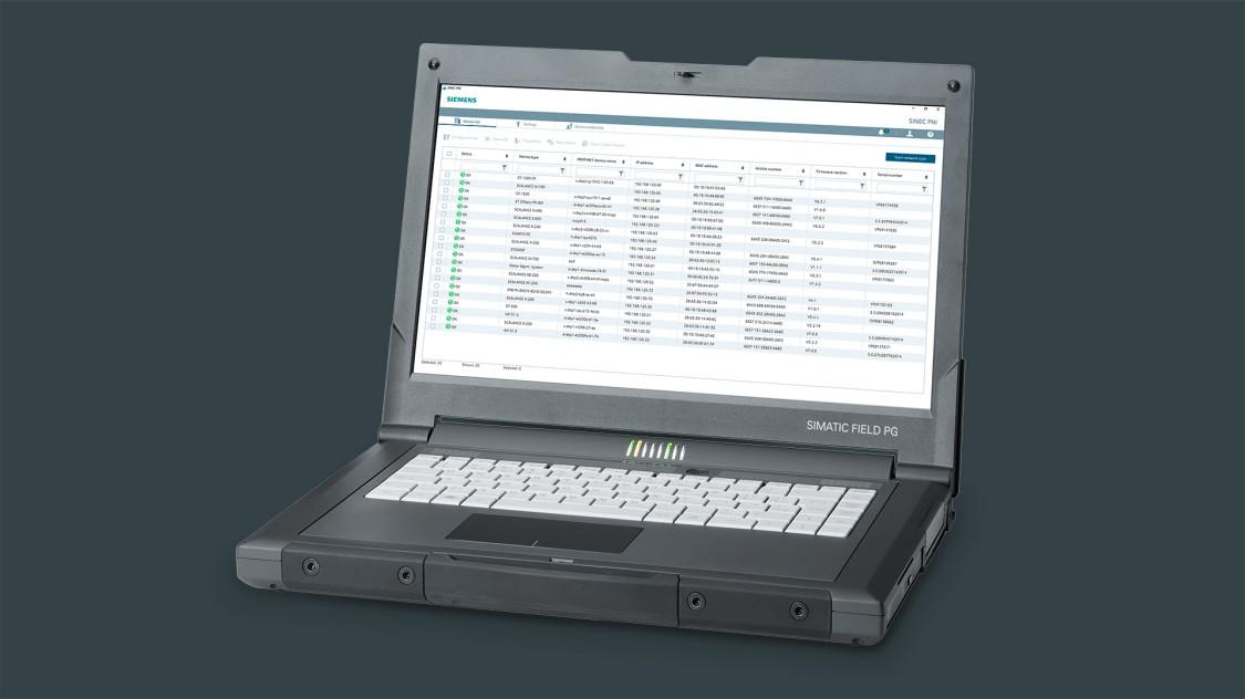 Ein geöffneter Laptop in der Schrägansicht zeigt die SINEC PNI Bedienoberfläche.