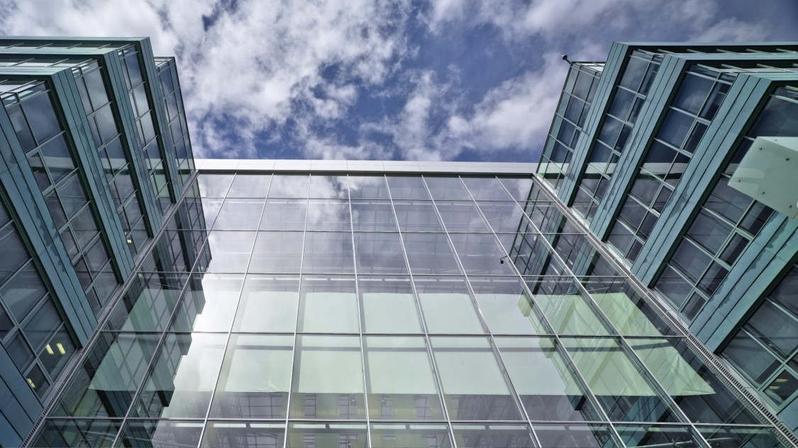Glasfacade på bygning.