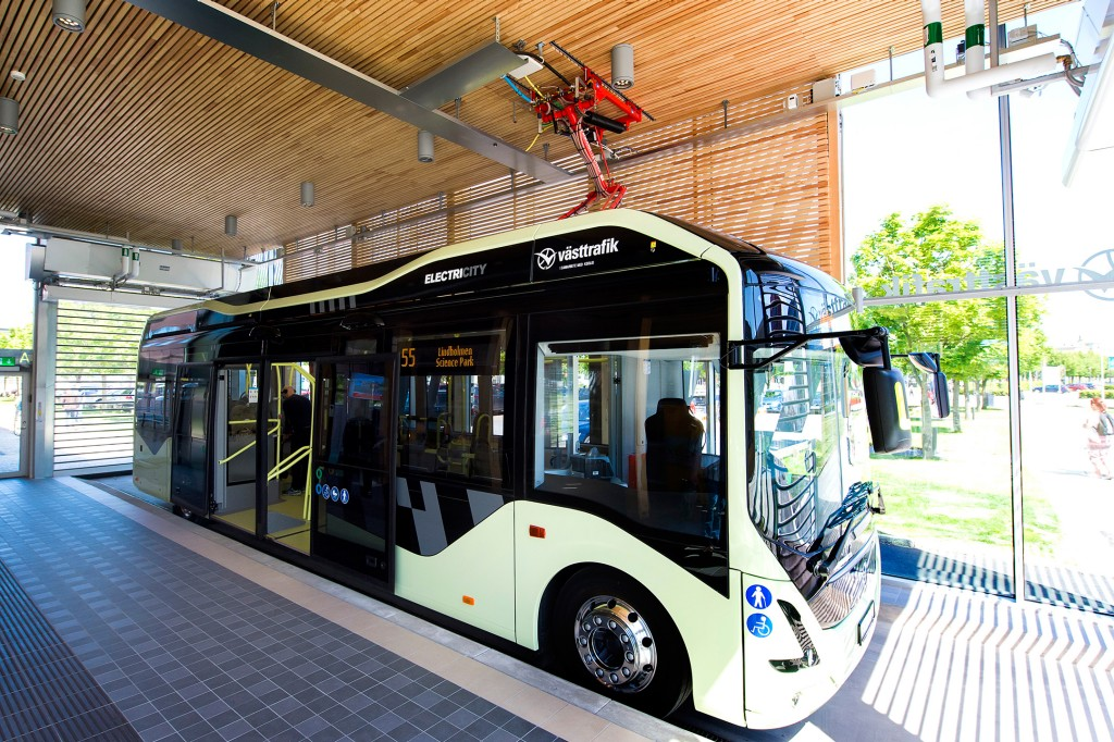 In the picture: The fully electrified bus departs from the indoor station at Chalmers Campus Johanneberg.